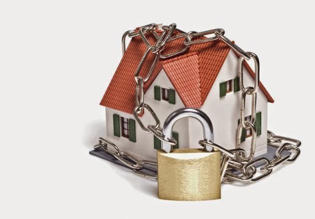 Casa protegida amb cadenats que representa la llei anti-ocupacions